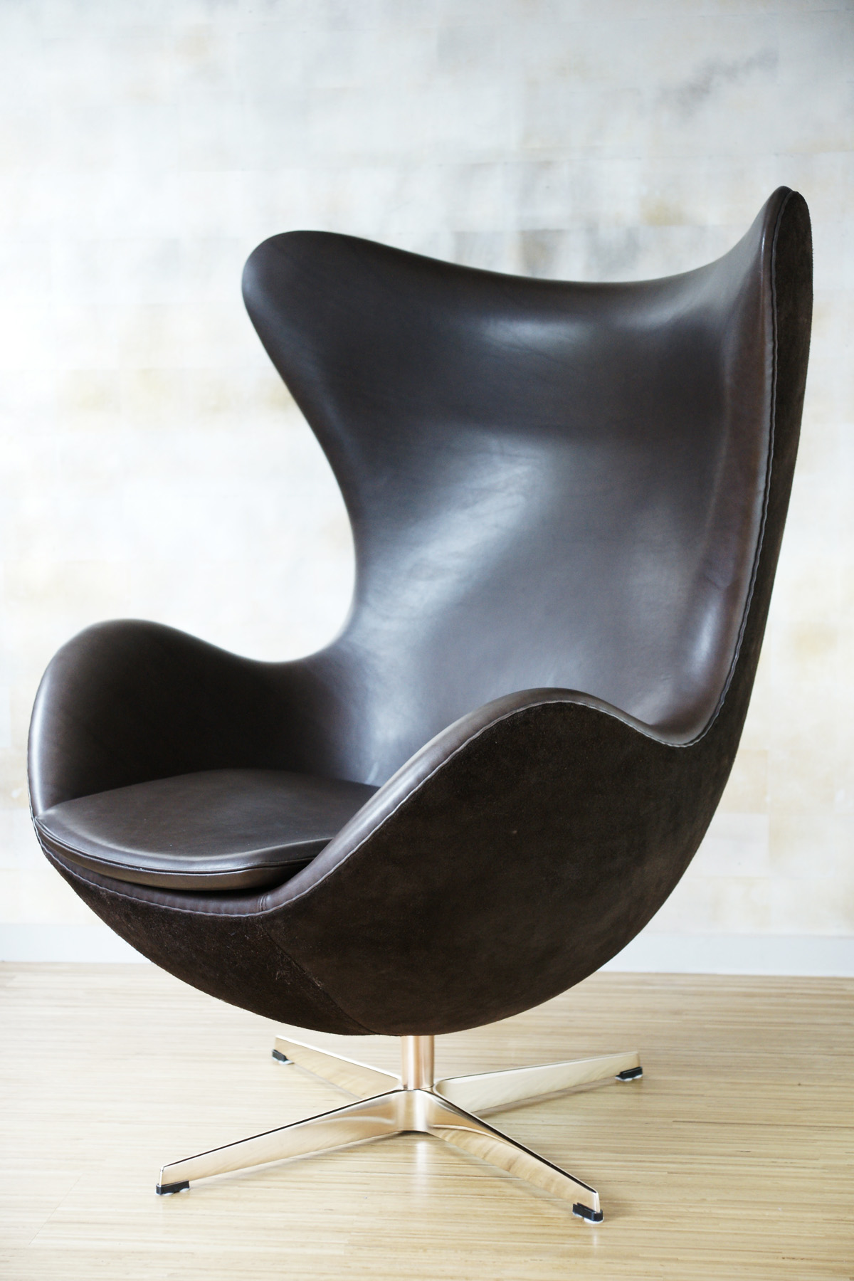 arne jacobsen egg chair braun leder klassiker co. Black Bedroom Furniture Sets. Home Design Ideas